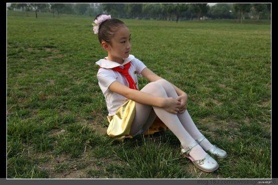 挠妈妈的丝袜脚_小女孩白袜被绑吊绑白袜舞蹈服女生小女孩白袜(3)-中华励志网