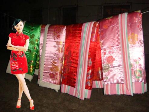 绸锻棉被与美女图片_锦缎棉被图片_锦缎棉被图片下载