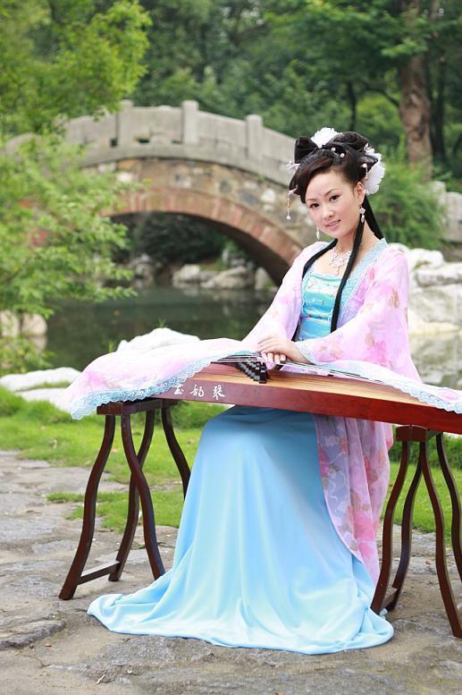 古代美女抚琴图片_手绘古装美女古筝展示_手绘古装美女古筝图片下载